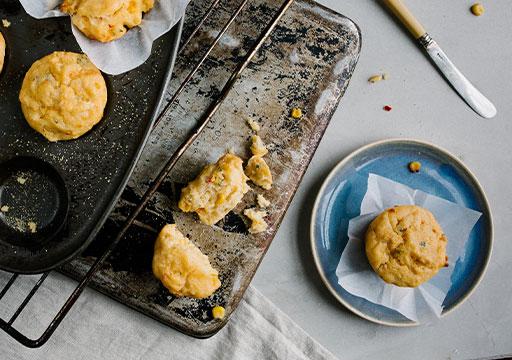 Petits cakes salés sur assiette et plaque de cuisson